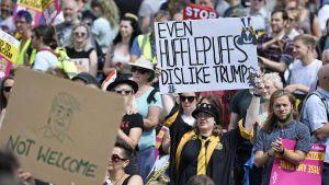 Demonstranter med Trumpkritiska plakat demonstrerar i Edinburgh.