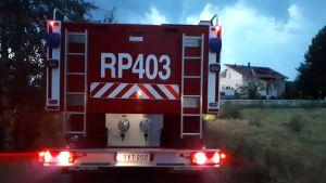 En brandbil utanför ett brandhärjat hus i Smedsby i Korsholm.