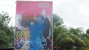 Många av de tusentals enorma plakaten över hela landet på Ortega och Murillo har skändats av demonstranter.