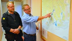 Göran Ek och Tage Lönnroth pekar på Borgå stads fiskeområden.