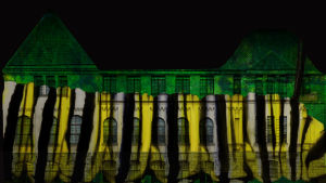 Ljuskonstverket Shelter Seekers projiceras på Nationalmuseets fasad.