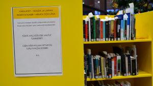 Hyllor med reserverade låneböcker i bibliotek.