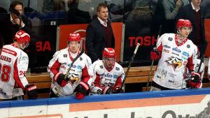 Ari-Pekka Pajuluoma och några spelar i båset
