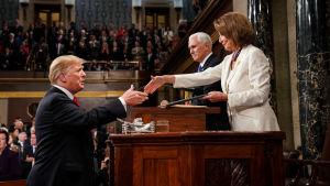 Donald Trump skakar hand med Nancy Pelosi