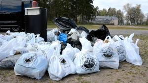 en massa soppåsar med skräp vid runsala folkpark
