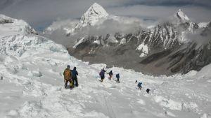 Bild från Mount Everest den 29 april 2018 där bergsklättrare är ute på promenad.