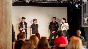 Sångaren Mia Kemppainen står på scenen tillsammans med Fredi Lundén och Felix Zenger.
