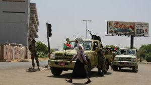 En kvina går förbi en av RSF-milisens vägspärrar i Khartoum