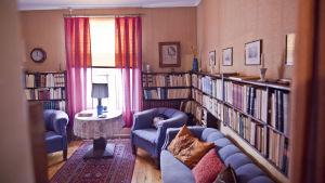 vardagsrum med böcker