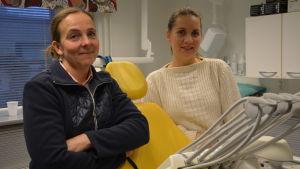 Två kvinnor står framför en tandläkarstol