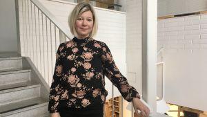 Miia Lindström står i trappuppgången i Pargas stadshus.