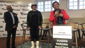 Faisa Egge vastaanotti yrittäjäpalkinnon