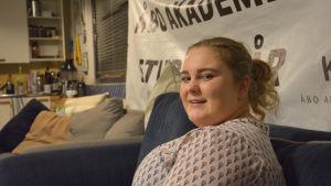 Profilbild på Ida Nordell, som sitter i en soffa.