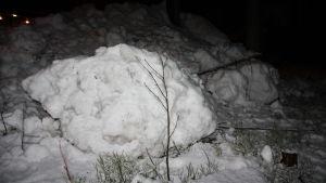 Lunta traktorin auraamassa kasassa
