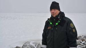 Sjöbevakningsmästare Janne Björklund vid Vallgrund sjöbevakningsstation.
