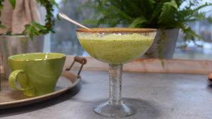 Bönguacamole i en skål på ett bord