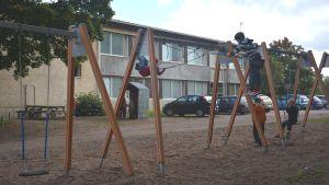 Barn gungar utanför Fiskarin koulu