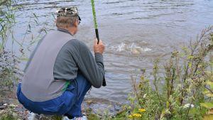 En man som fiskar.