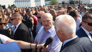 President Alexander Lukasjenka besöker en fabrik som inlett strejk i Minsk 17.8.2020.