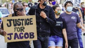 Fyra demonstranter iförda ansiktsskydd