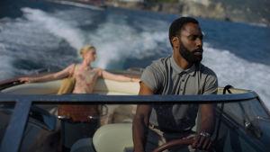 Protanosten och vackra Kat ombord på en snabbgående motorbåt.