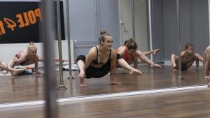 Oona Kivelä drar träning i poledance i en studio i Helsingfors.