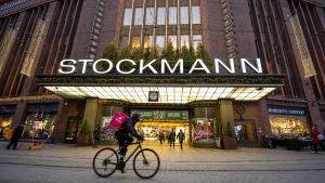 Stockmanns varuhus i centrum av Helsingfors med julbelysning