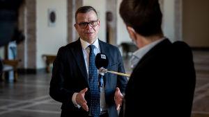 Petter Orpo intervjuas i rikdagshuset.