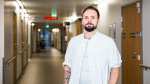 Plastiikkakirurgi Jussi Valtonen hoitaa Jorvin sairaalassa Suomen pahimpia palovammapotilaita.