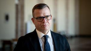 Petteri Orpo i glasögon, han ser allvarlig ut.
