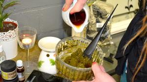 Heidi Stenberg blandar till hårfärg av växter, örter och te.