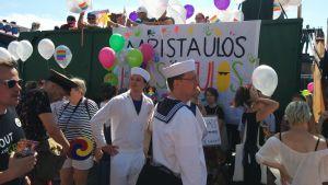 """Personer i sjömanskostymer står bredvid en lastbil med texten """"Ut ur skåpet - här är resultatet."""""""