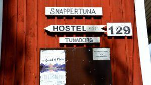 Skyltar utanpå föreningshuset Tunaborg i Snappertuna.