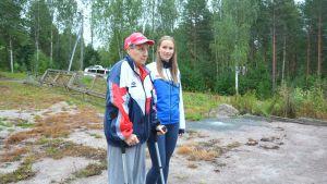 Terttu Augustson och Johanna von Frenckell vid skjutbanan i Västerby i Ekenäs.
