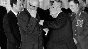 President Urho Kekkonen får en medalj av en sovjetisk ledare.