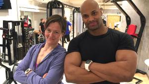 Maria Knuts och personliga tränaren Jucci Hellström poserar