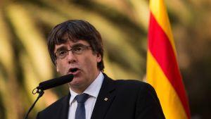 Kataloniens regionpresident Carles Puigdemont håller ett tal söndagen den 15.10.2017.