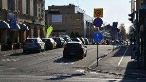 Bil kör på enkelriktad väg i Borgå.