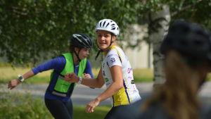 Julia Häger tränar juniorer i att åka rullskidor.