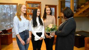 Ullrike Hjelt-Hansson från Aktiastiftelsen kommer med blommor till luciatrion