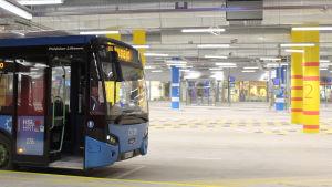 buss i nybyggd bussterminal i mattby i esbo