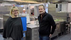 Veronika Franzén och Thomas Snellman i ett storkök.