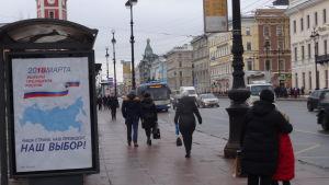 """""""Vårt land, vår president"""" står det på den här valreklamen i Sankt Petersburg."""