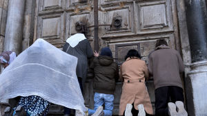Pilgrimer och turister bad vid de stängda dörrarna i Heliga gravens kyrka