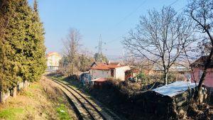 Järnvägsspåren går rakt igenom staden Veles i Makedonien.