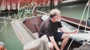 Jukka Torikka i sin segelbåt.