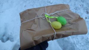 Brunt paket med snöre runt.