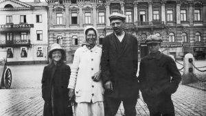 Frigiven röd fånge tillsammans med sin familj på Salutorget i Helsingfors 1918.