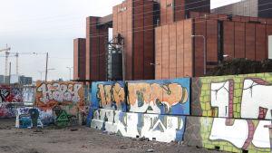 En vägg prydd av graffitikonst.