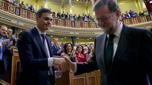 Spaniens avgående premiärminister Mariano Rajoy skakar hand med den nya premiärminister Pedro Sanchez.